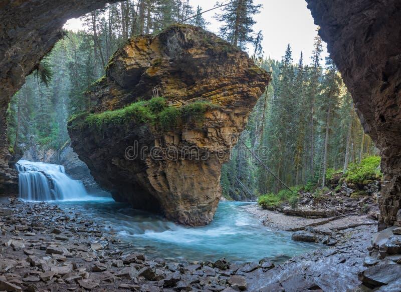 约翰斯顿在春季与瀑布,约翰斯顿峡谷足迹,阿尔伯塔,加拿大的峡谷洞 图库摄影
