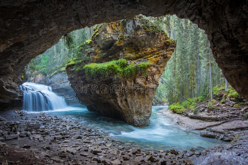约翰斯顿在春季与瀑布,约翰斯顿峡谷足迹,阿尔伯塔,加拿大的峡谷洞 库存图片