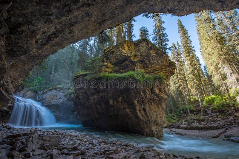 约翰斯顿在春季与瀑布,约翰斯顿峡谷足迹,阿尔伯塔,加拿大的峡谷洞 免版税库存照片