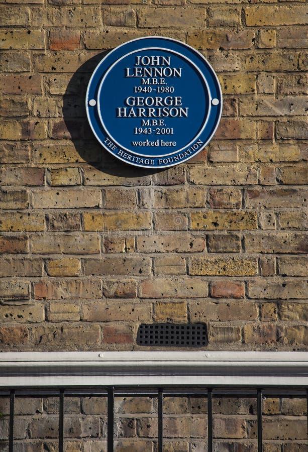 约翰・列侬和乔治・哈里森蓝色匾在伦敦 免版税库存图片