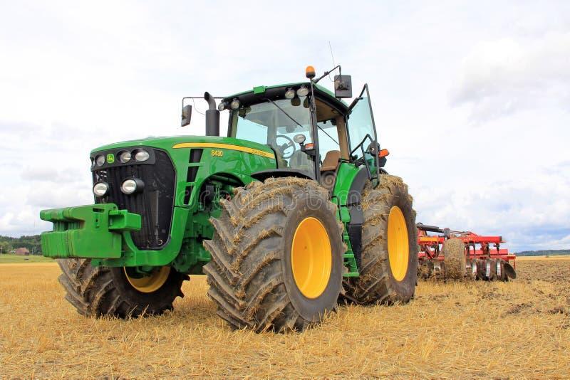 约翰Deere 8430农业Tractorand耕地机 库存图片