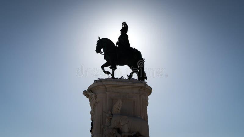 约翰I国王骑马雕象剪影在Praca da Figueira广场在里斯本,葡萄牙 库存图片
