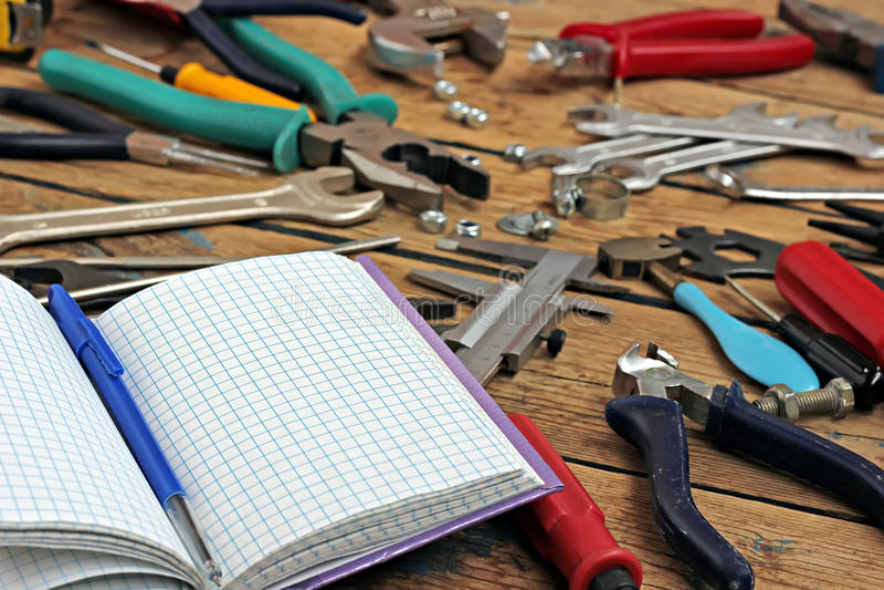 纪录和工具的书在木材地板上 图库摄影