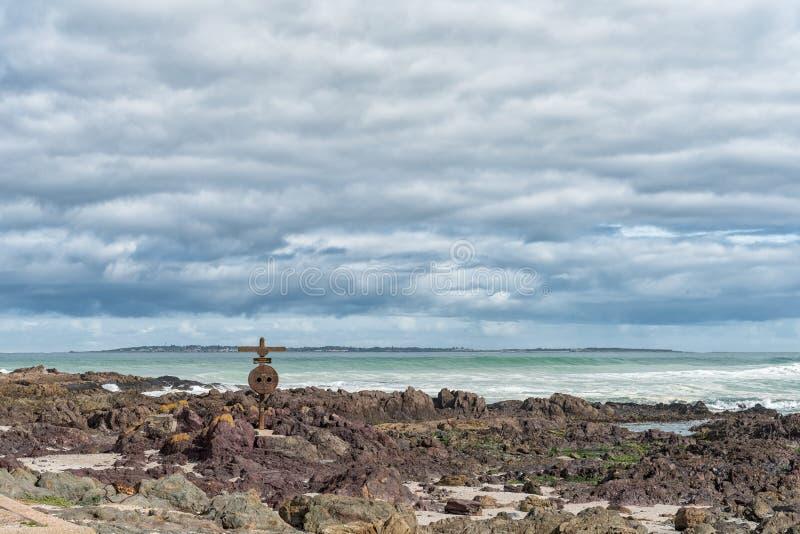 纪念十字架和救生圈在一个海滩在Bloubergstrand 免版税库存照片