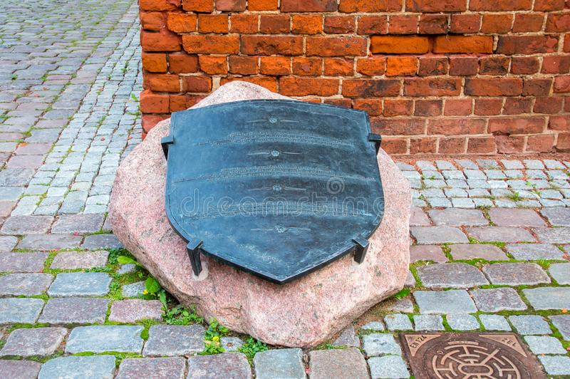 纪念品为记住一名年轻贝克` s熟练的工人- Elblag的一个传奇防御者 在1521年,他使用他的铁锹切开绳索holdi 图库摄影