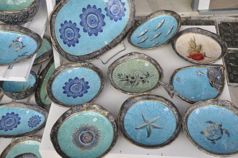 纪念品在希腊的克利特海岛绘了从街市伊拉克利翁的板材 库存图片