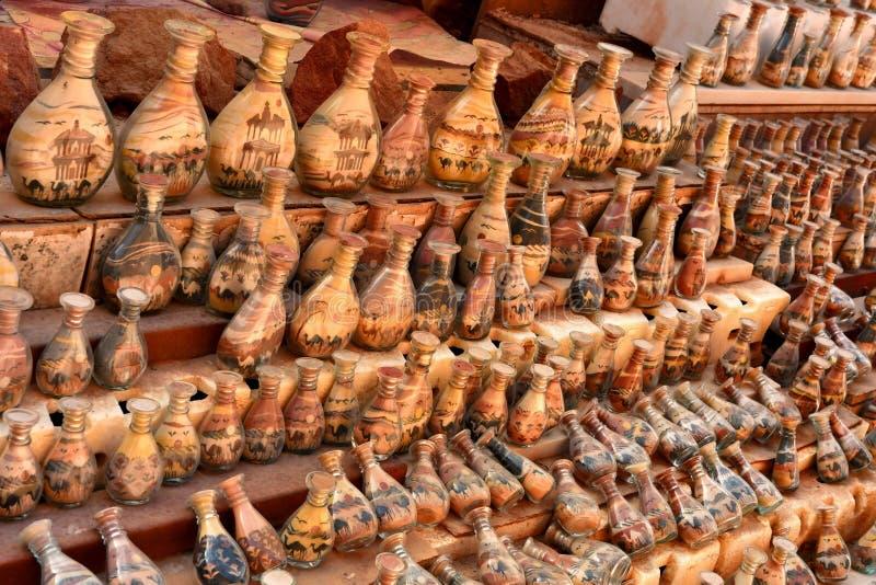 纪念品在约旦,有沙漠和骆驼沙子和形状的瓶  免版税库存照片