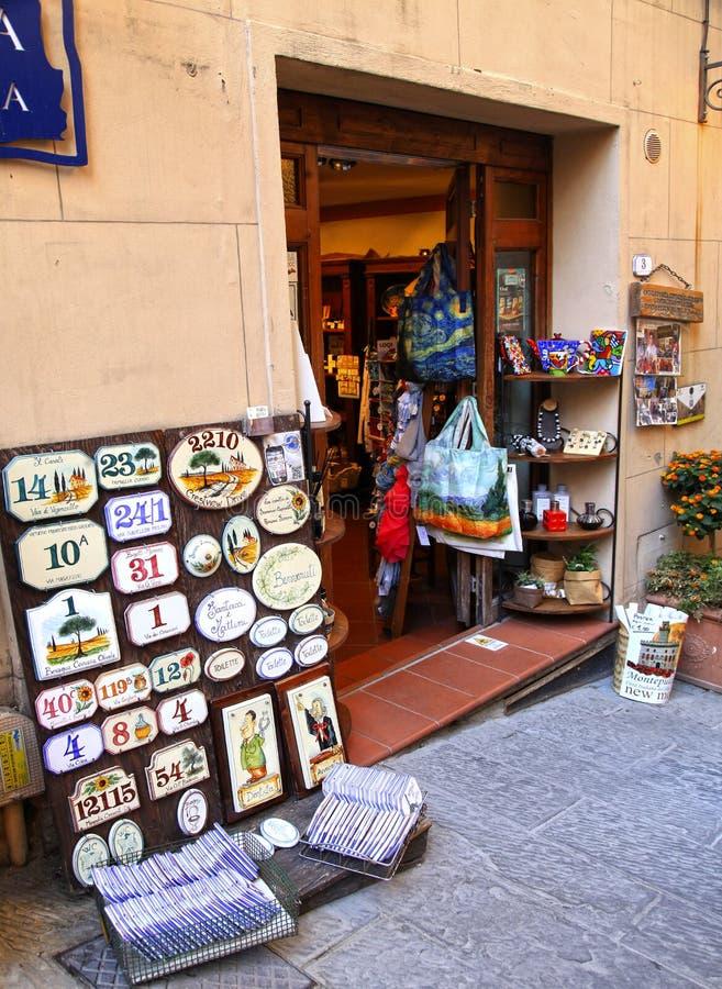 纪念品店在蒙特普齐亚诺,托斯卡纳中世纪村庄, 免版税库存图片