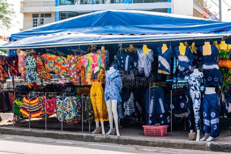 纪念品店游泳衣市场,旅游景点附近的海滩 免版税图库摄影