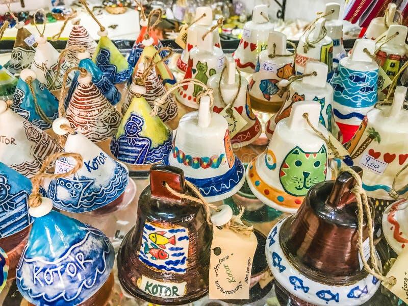纪念品的选择从科托尔,黑山老镇的  纪念品贸易-与科托尔题字和beautifu的各种各样的响铃 库存图片
