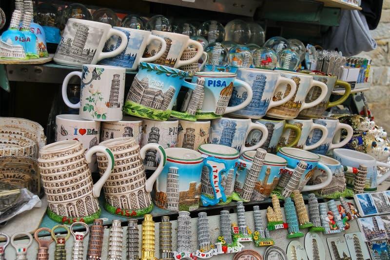 纪念品销售在街道商店在比萨,意大利 免版税库存图片