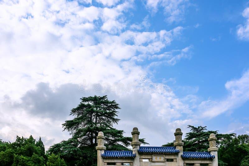 纪念拱道和天空 图库摄影