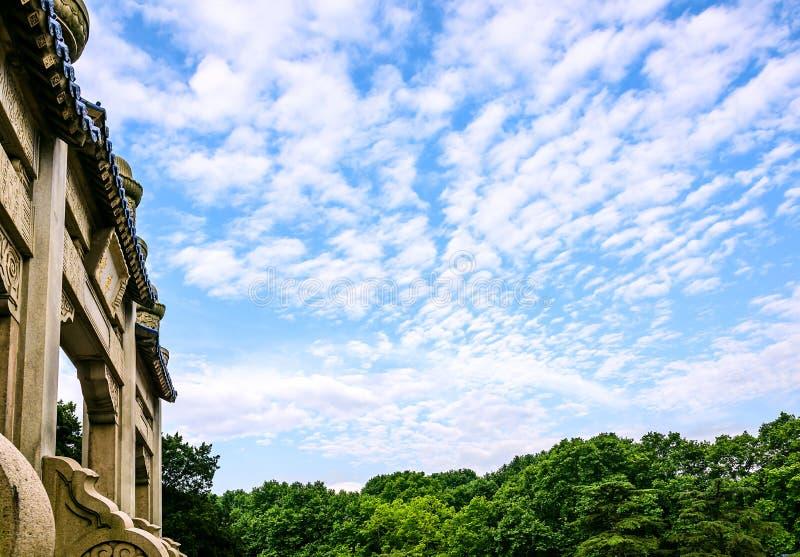 纪念拱道和天空 免版税库存照片