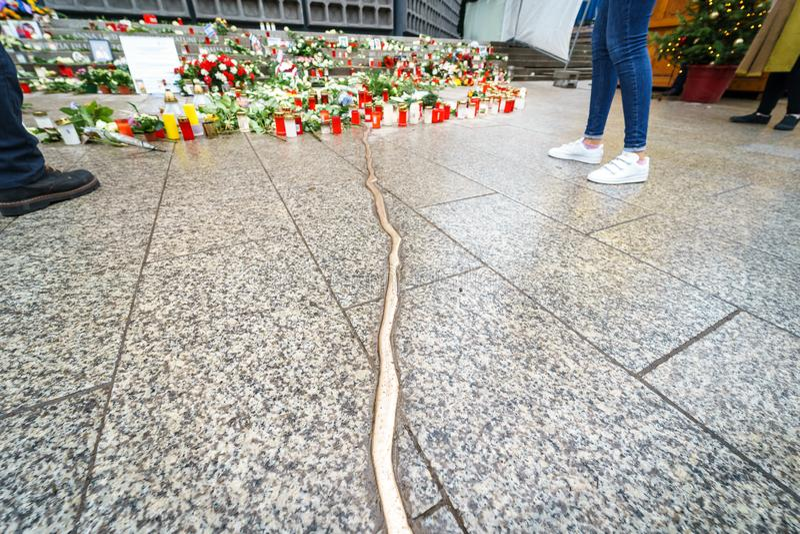 纪念标志在Breitscheidplatz纪念恐怖袭击的受害者对圣诞节市场的 库存照片