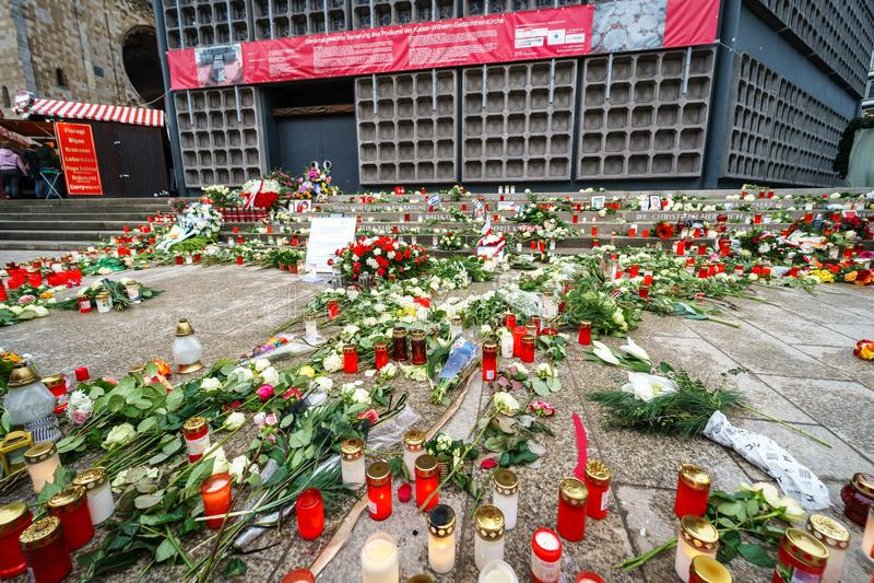 纪念标志在Breitscheidplatz纪念恐怖袭击的受害者对圣诞节市场的 免版税图库摄影