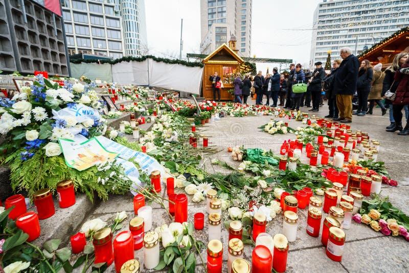 纪念标志在Breitscheidplatz纪念恐怖袭击的受害者对圣诞节市场的 库存图片