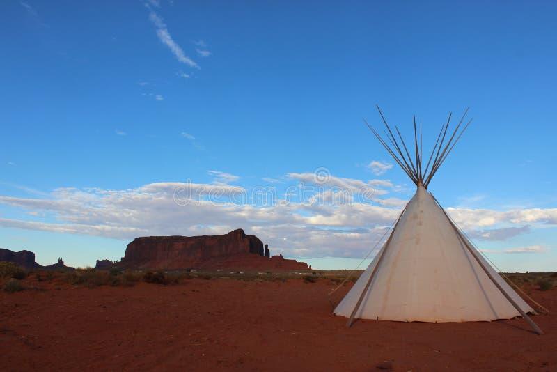 纪念碑与帐篷和蓝天的谷风景 免版税库存照片