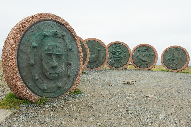 纪念碑从不同的国家的孩子创造的地球`的`孩子在北角,挪威 图库摄影