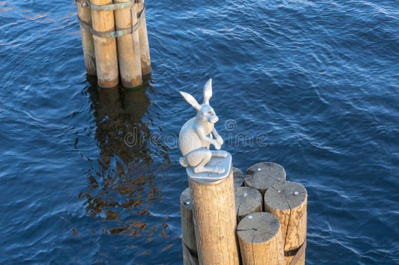纪念碑从洪水逃脱一个雕塑在圣彼德堡的兔宝宝 图库摄影