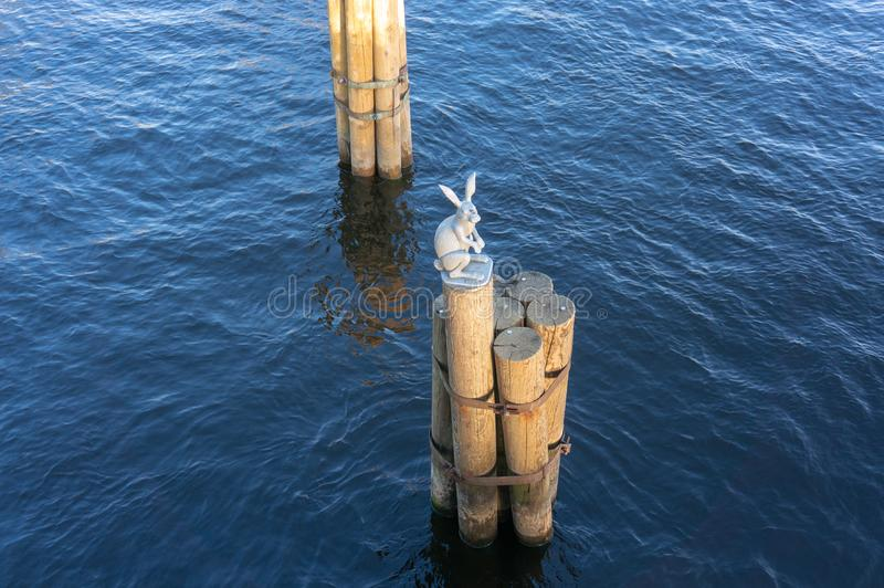 纪念碑从洪水逃脱一个雕塑在圣彼德堡的兔宝宝 库存图片