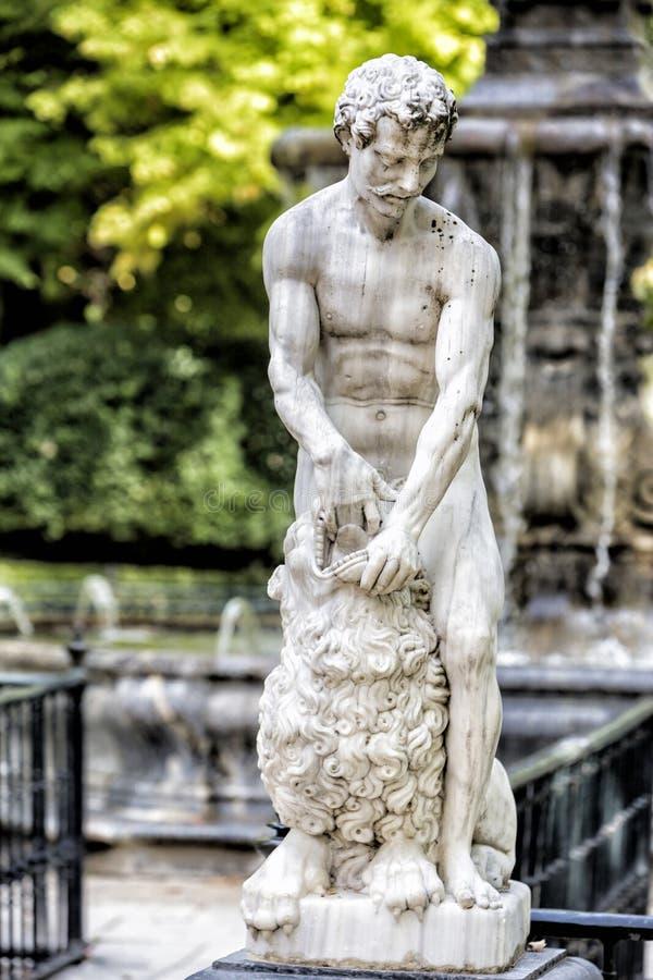 纪念碑在阿雷胡埃斯王宫,马德里provinc庭院里  免版税库存图片