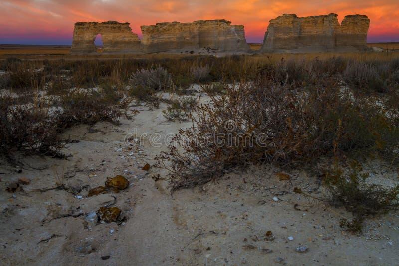 纪念碑岩石日落视图在堪萨斯 免版税库存图片