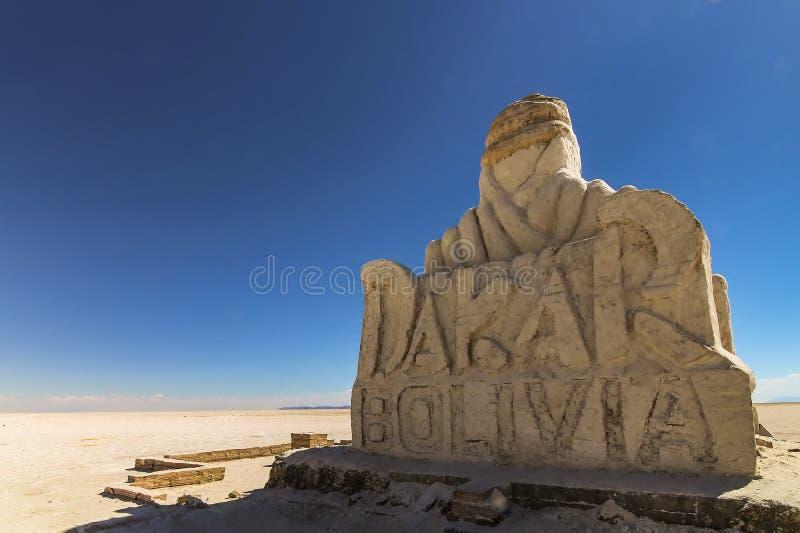 纪念碑巴黎达喀尔拉力赛玻利维亚在乌尤尼盐沼 图库摄影