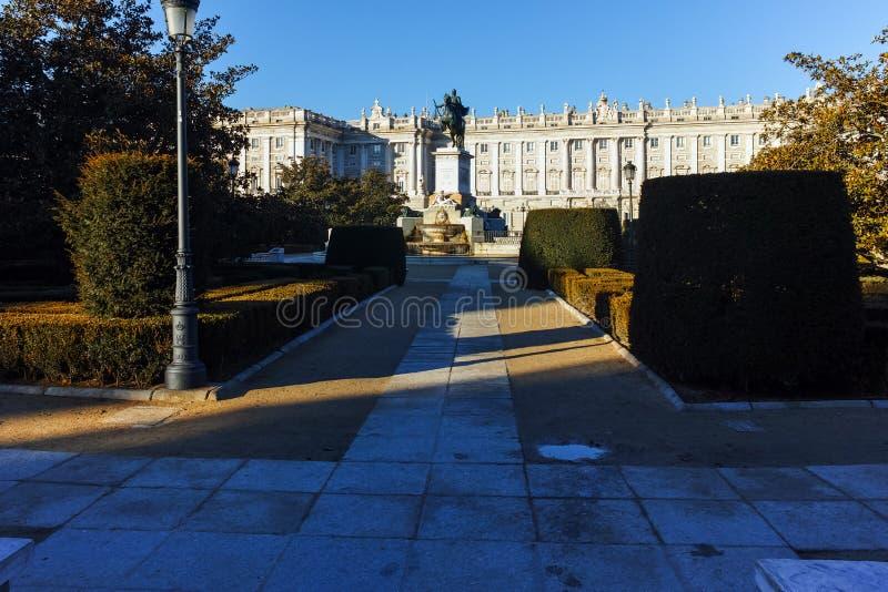 纪念碑早晨视图对费莉佩的IV和马德里王宫 免版税库存图片