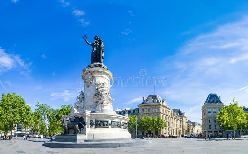 纪念碑的巴黎全景对共和国的与Marianna符号雕象  免版税库存照片