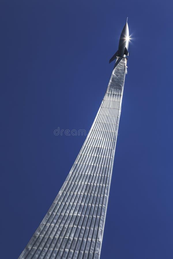 纪念碑的片段以记念苏联人民的成就的探险空间的反对天空蔚蓝,莫斯科 免版税库存图片