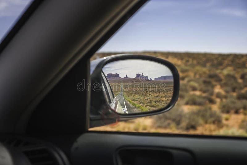 纪念碑谷被看见的低谷后视镜 免版税库存照片