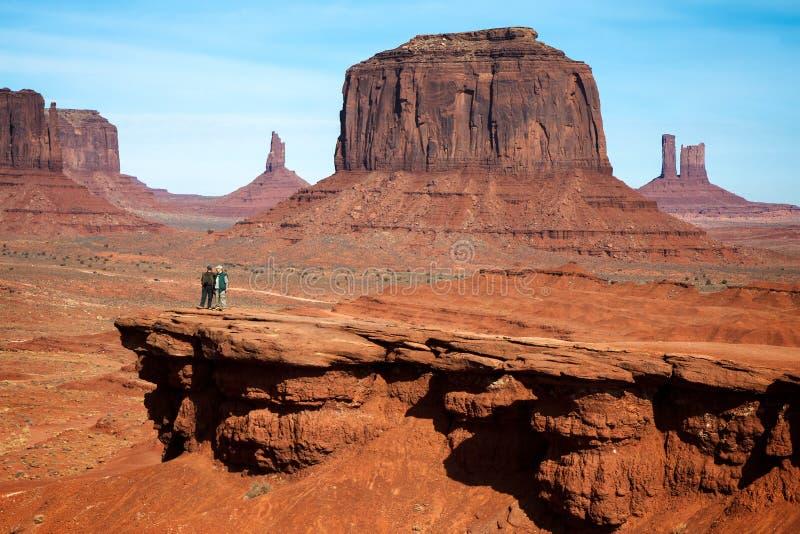 纪念碑谷, UTAH/USA - 11月10日:聊天在Th的两个人 图库摄影