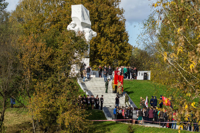 以纪念解放周年的庆祝从纳粹侵略者的纪念品的在Ilinskoe村庄在卡卢加州reg的 库存图片
