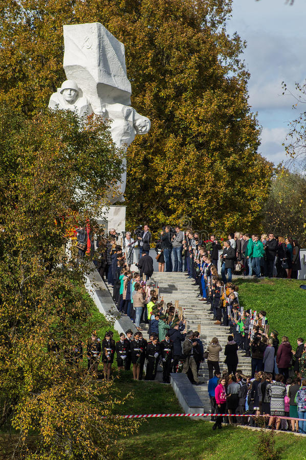 以纪念解放周年的庆祝从纳粹侵略者的纪念品的在Ilinskoe村庄在卡卢加州reg的 库存照片