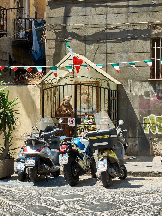 以纪念Padre Pio的街道法坛在那不勒斯 褶皱藻属,意大利 库存照片