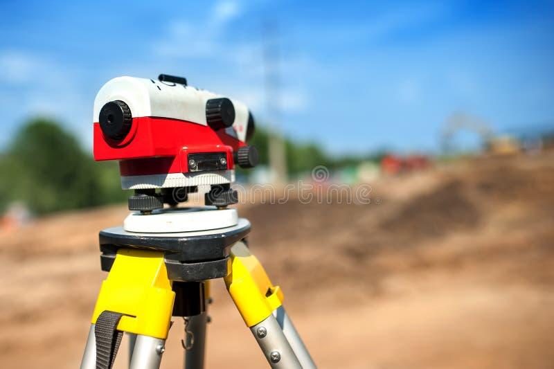 经纬仪测量系统或勘测的工程学特写镜头  免版税库存照片