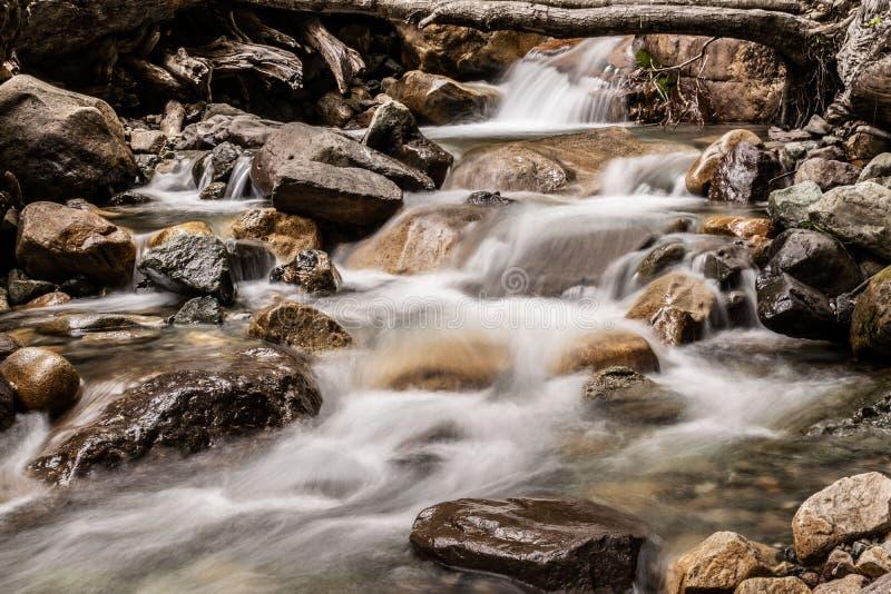 纯净的水跑在山下 免版税库存图片