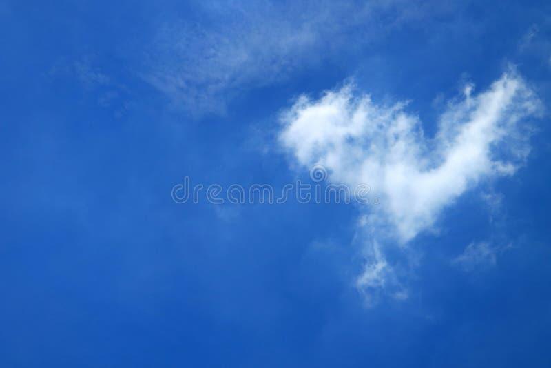 纯净的白色自然在曼谷生动的蓝色热带晴朗的天空的心脏形状蓬松云彩  免版税库存照片