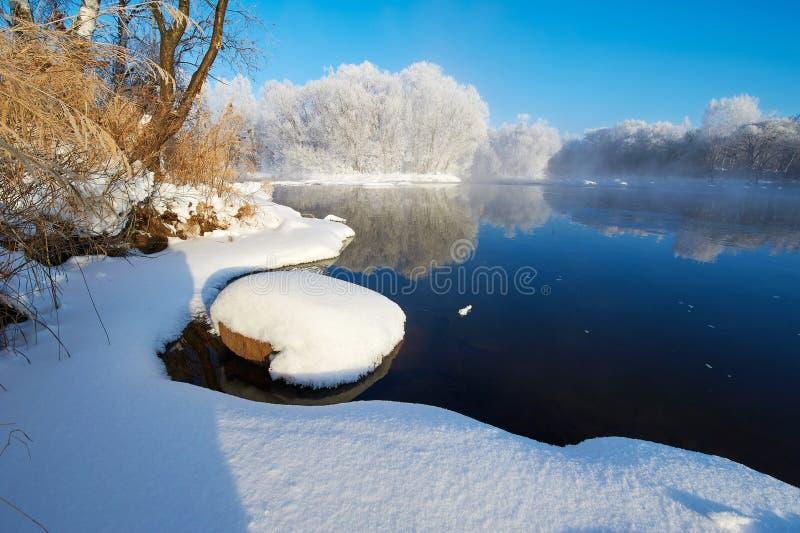 纯净的白色雪和河水 免版税库存照片