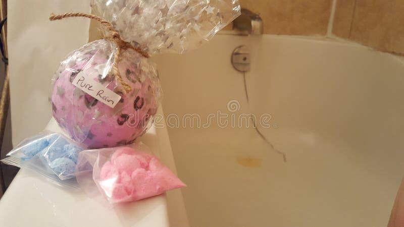 纯净的雨bathbomb 免版税库存照片