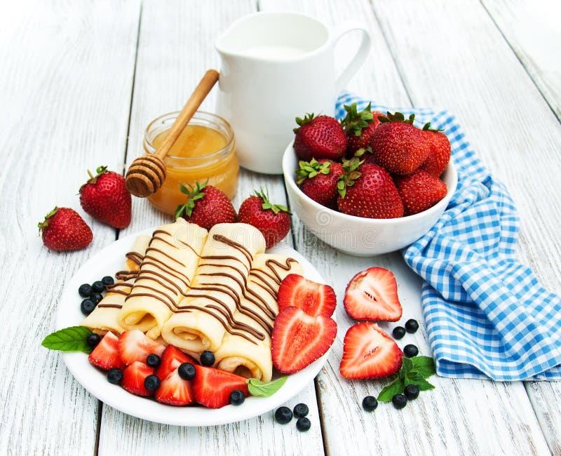 绉纱用草莓和巧克力汁 图库摄影