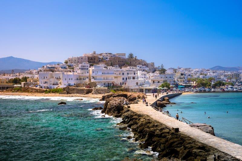 纳克索斯岛Chora如被看见从著名地标与自然石走道的Portara往村庄,基克拉泽斯 免版税库存照片