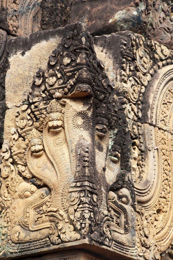 纳卡语雕刻在内角加强用三角条的在10世纪Banteay Srei寺庙 库存图片