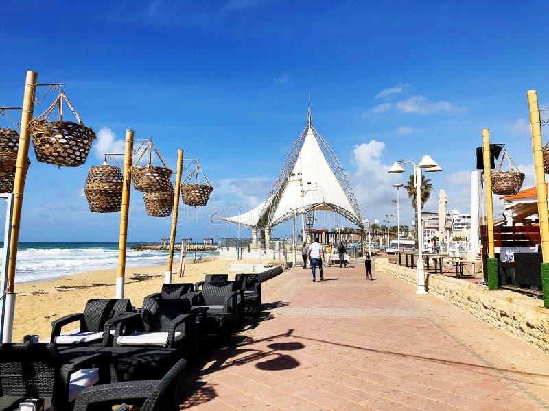 纳哈里亚, ISRAEL-MARCH 9日2018年:走的地方地中海海岸的在纳哈里亚镇  免版税库存图片