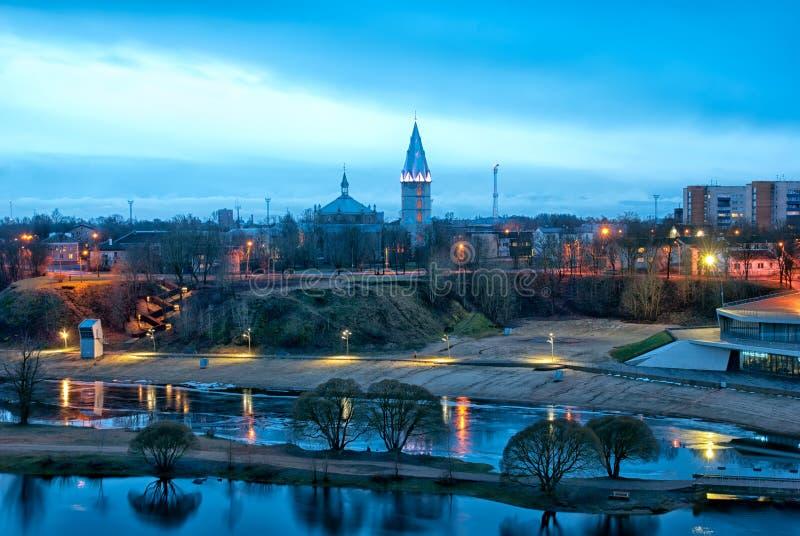 纳尔瓦 爱沙尼亚 城市海滩和亚历山大路德教会大教堂 免版税库存照片