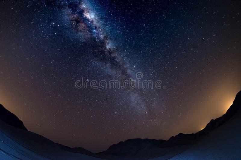 纳米比亚天空、星和银河在纳米比亚沙漠成拱形,纳米比亚,非洲 白点视图,黑暗的沙丘 库存图片
