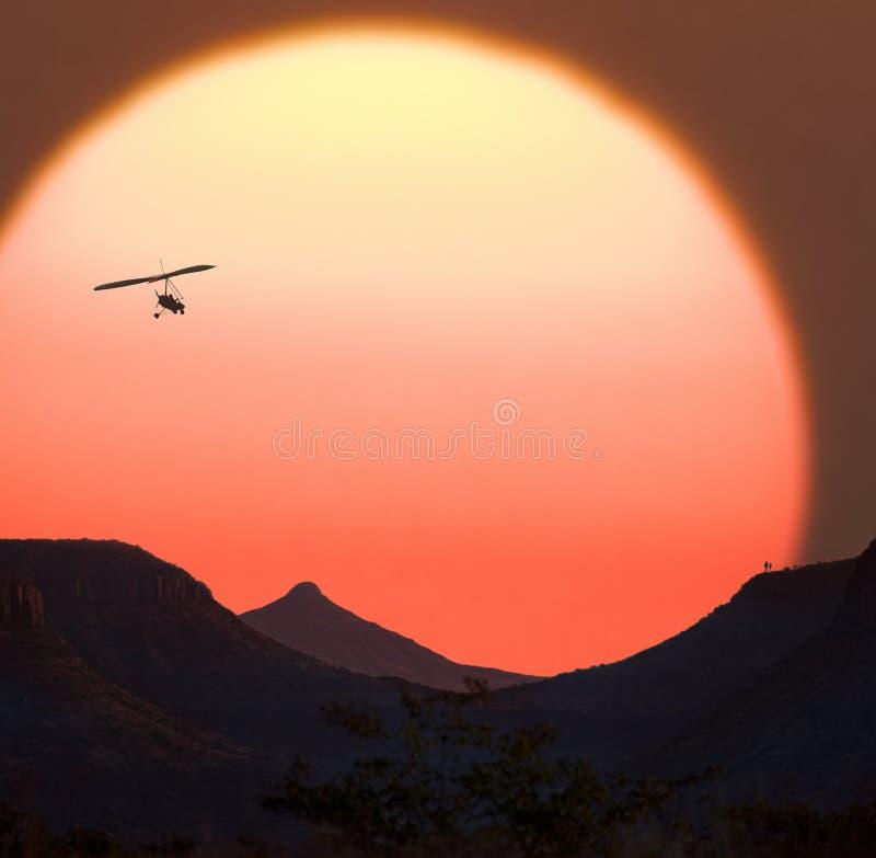纳米比亚日落和供给动力的悬挂式滑翔机 免版税库存照片
