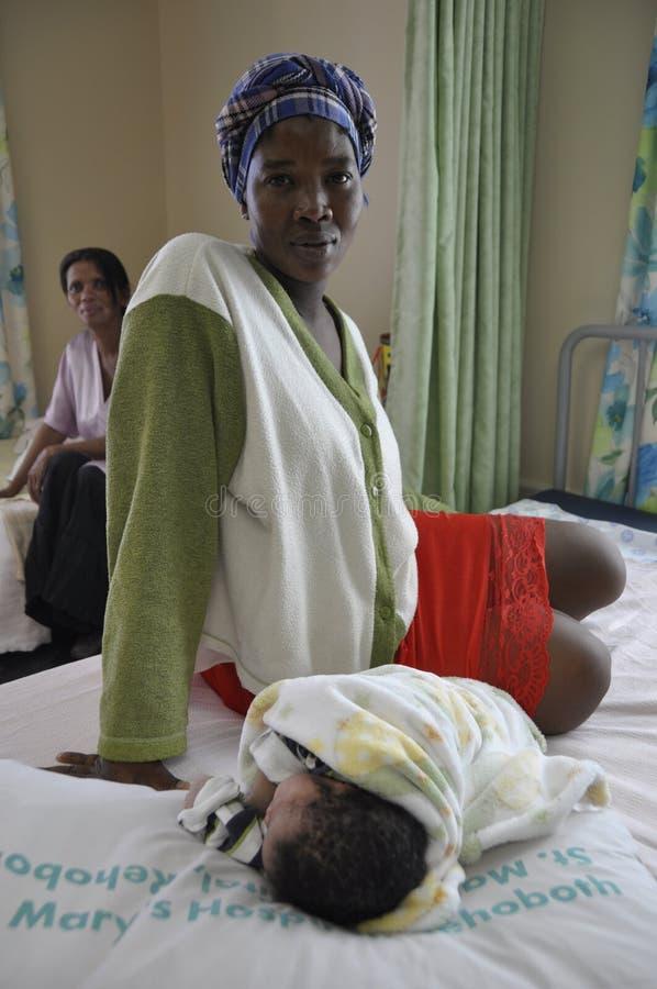 纳米比亚:有她新鲜的出生婴孩的一名妇女患者在里霍博斯Ho 库存图片