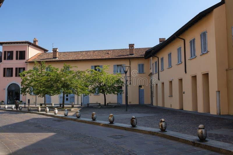 纳维廖河畔切尔努斯科米兰,意大利:大厦 免版税图库摄影