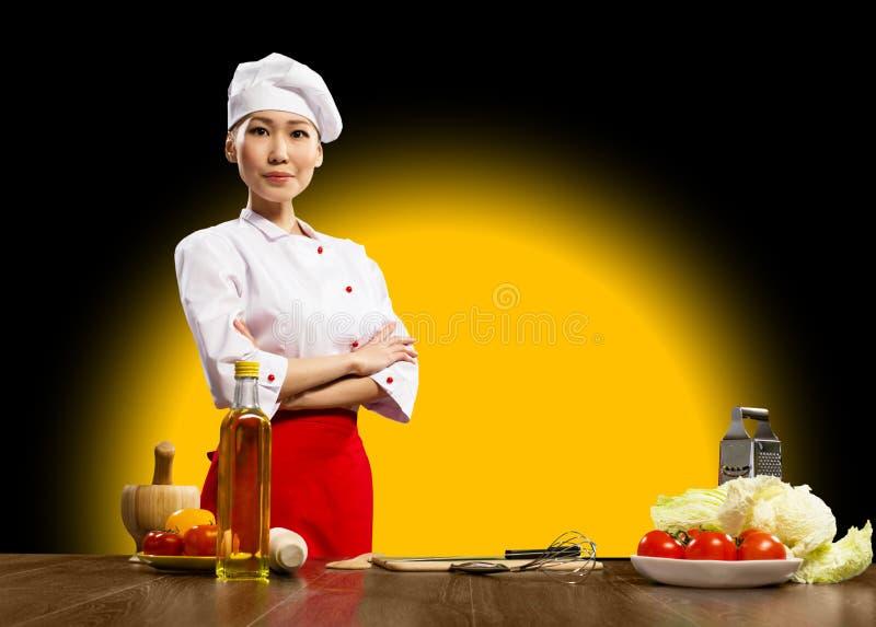 纵向亚裔妇女厨师 免版税库存照片